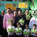 タイの首相がガンジャマスコットとイベントに登壇!自ら大麻オイルの使用を実演!